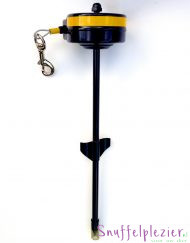 Oprolbare lijn met pin in de grond en oprolsysteem in unit.